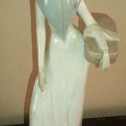 Figura de señorita con cesta